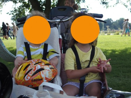 Enfants dans biporteur